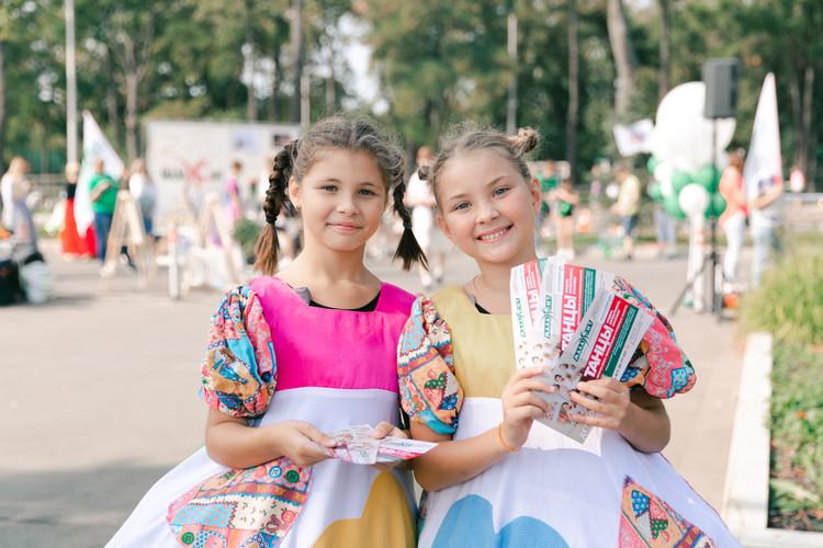 две девочки с флаерами студии