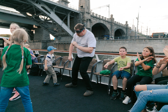 папа танцует с детьми