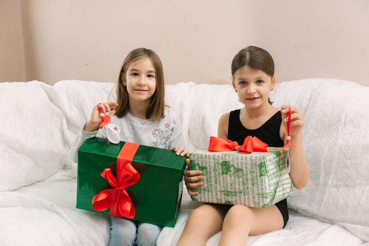 две девочки с подарками