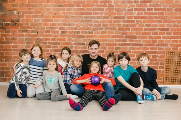 дети на открытом уроке в театральной студии