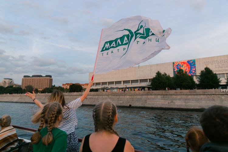проплывают мимо Третьяковской галереи, руководитель машет флагом с логотипом студии Малахит