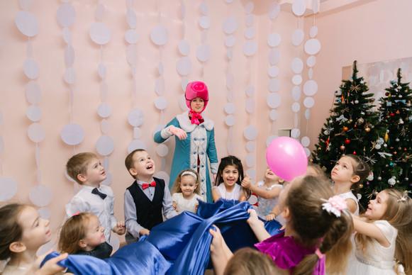 дети играют со свинкой Пеппой