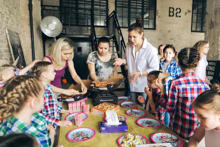 Дети и родители празднуют