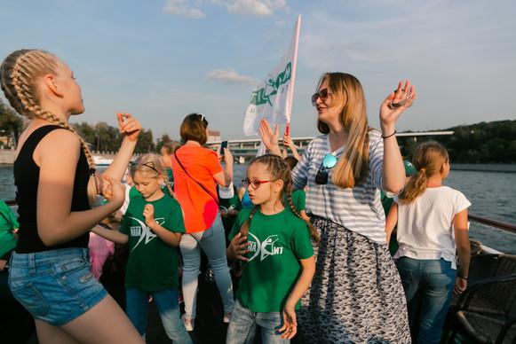 дети танцуют с руководителем студии