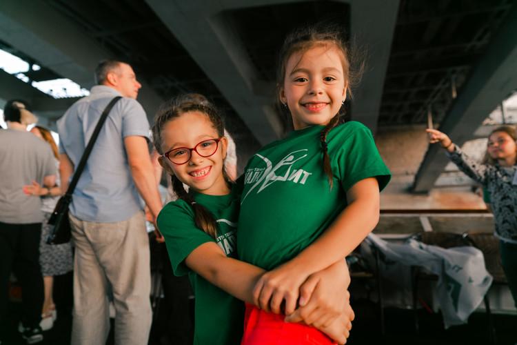 радостные девочки обнимаются