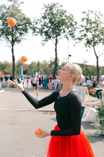 руководитель студии Малахова Татьяна Юрьевна жонглирует