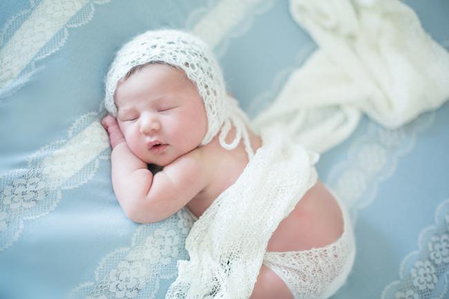 お気に入りの水色レース生地とハーフの女の子赤ちゃん