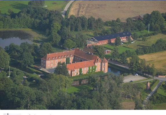 Visborggaard slot set fra himmlen.jpg