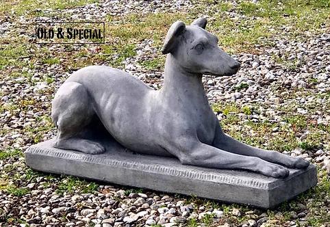 Liggende hond van steen