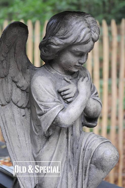 Stenen tuinbeeld engel