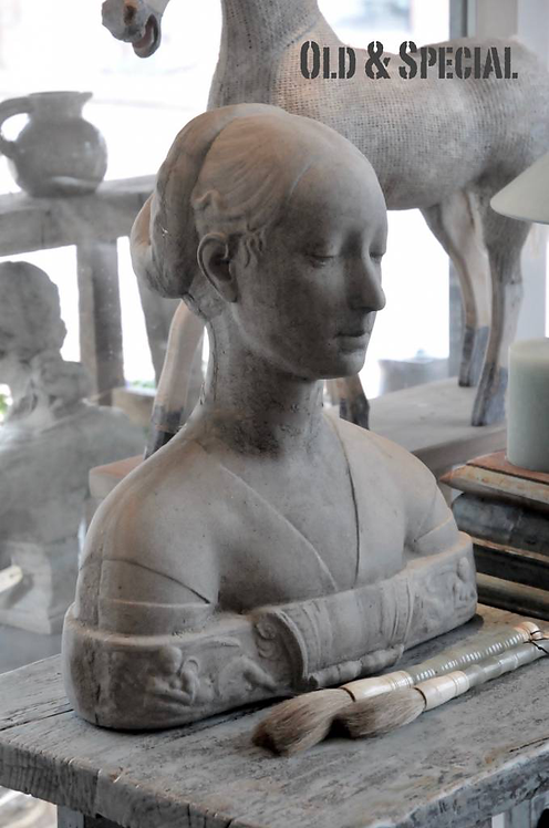 Stenen borstbeeld vrouw