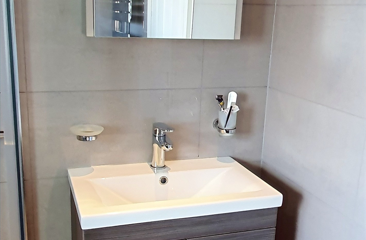 Bathroom sink unit mirror tiling flooring