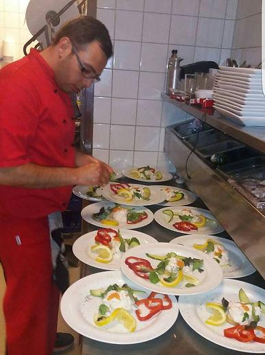 Kokeen förbereder maten inför våra gäste