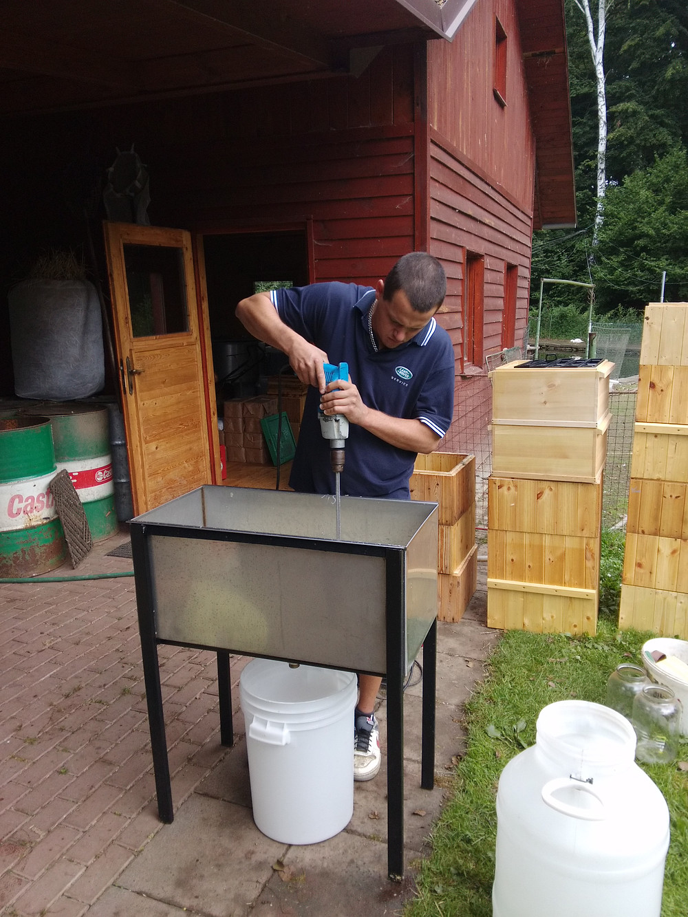 Včelař Roman míchá cukerný roztok