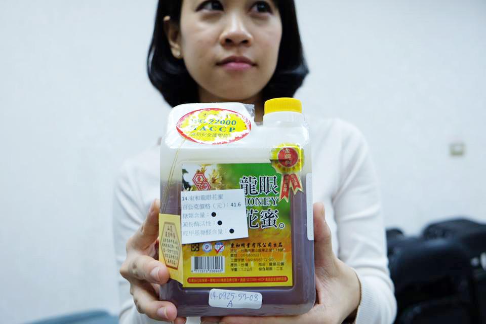 balení medu z číny