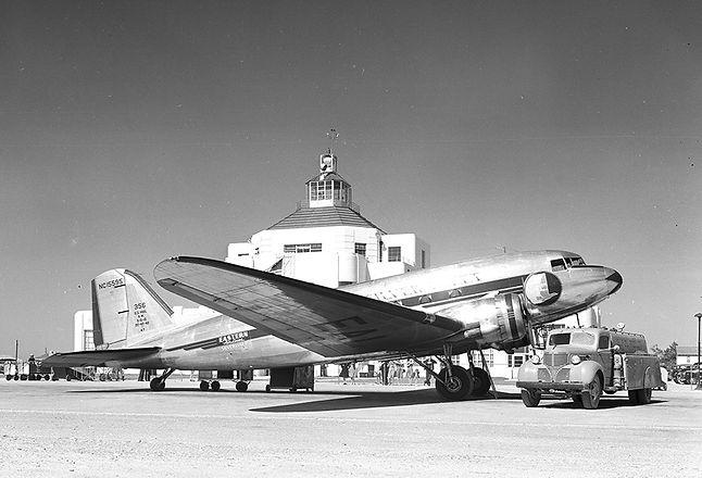 DC-3_Aircraft_at_Houston_Municipal_Airpo
