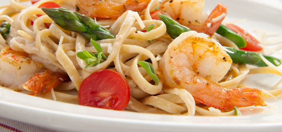 Healthy whole grain linguine with shrimp