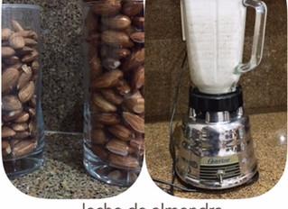 Homemade almond milk / Leche de almendra hecha en casa