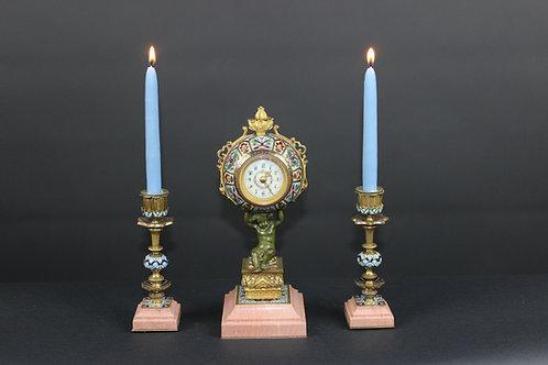 Kleine Tischuhr mit 2 Leuchter