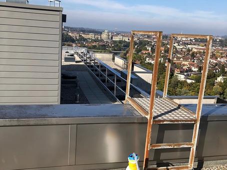 Inlinersanierung auf dem Dach eines Wohnhauses in Bern mit Blick auf das Bundeshaus