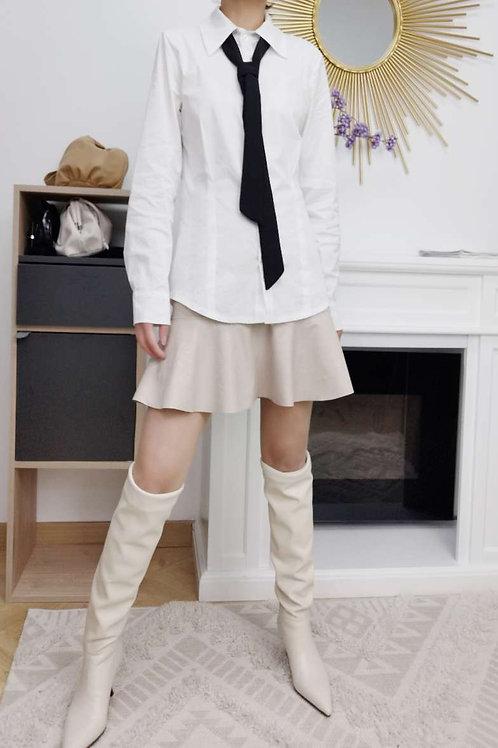 Witte bloes met losse das