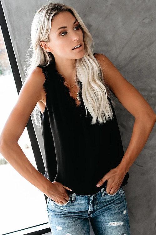 Topje met V-hals en kant in zwart of wit
