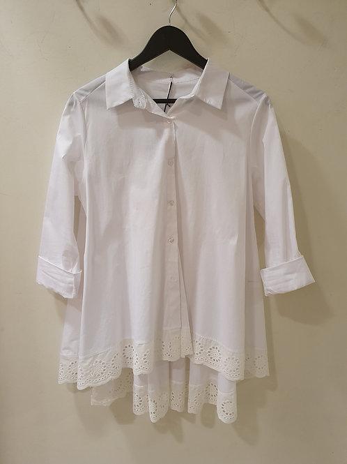 Witte lange bloes met kant onderaan