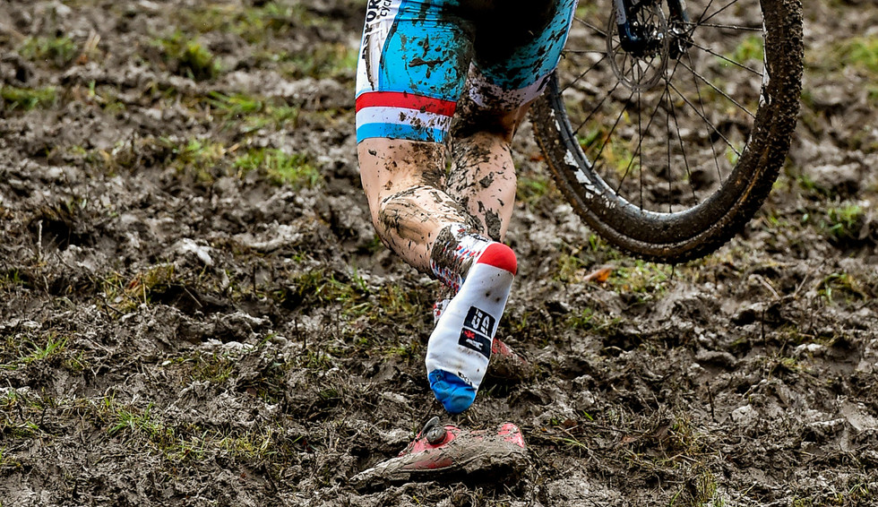 Mik Esser (L) loses his shoe during the Junior-Elite race at the UCI-Cyclo-Cross World Championships in Valkenburg (Netherlands)