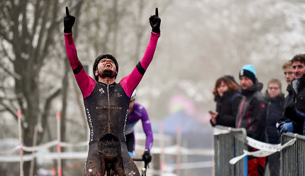 Loïc Hennaux (B) celebrates his victory at the Cyclocross in Warken (L)