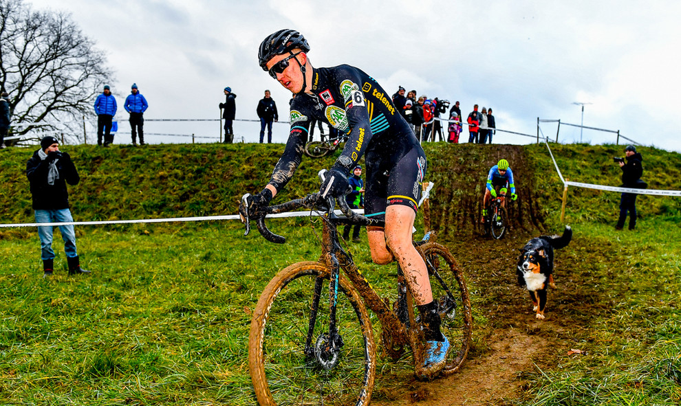 Catch me if you can. A dog chases Julian Siemons (B) at the cyclocross race in Leudelange (L).
