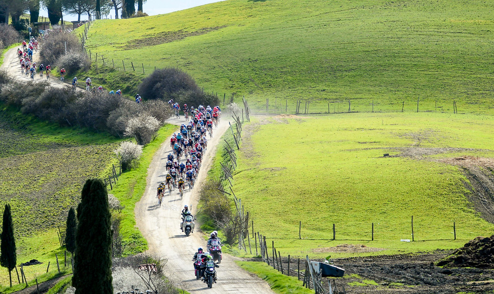The peloton at the Strade Bianche 2021.