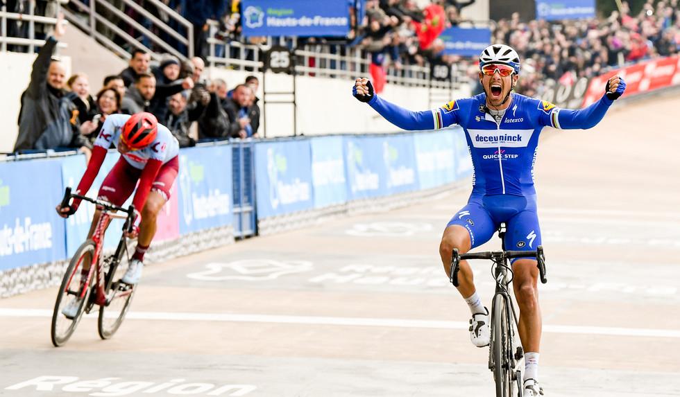 Philippe Gilbert (B/Deceuninck) wins Paris-Roubaix ahead of Nils Politt (D/Katusha).