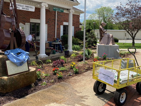 Master Gardeners Beautify Town Hall Garden
