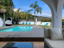 Widok na basen z altany.