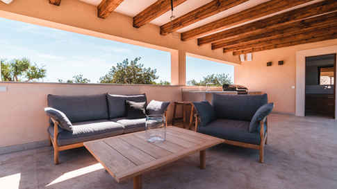 Auch im Grillbereich auf der Terrasse befindet sich die Tibbo Serie aus Teakholz