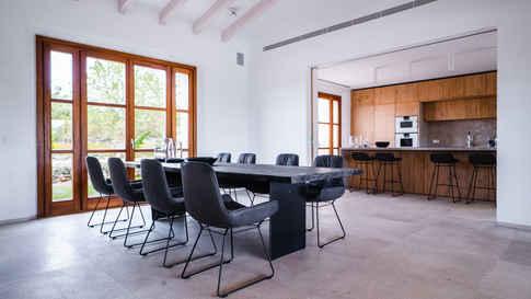 Janua Tisch mit Stühlen von Freifrau, an der Bar in offener Küche Barhocker von Freifrau aus der Leya Familie
