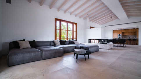Flexteam Sofa im Esszimmerbereich mit Nubukleder für hohen Sitzkomfort bei cleanem und chilligem Design