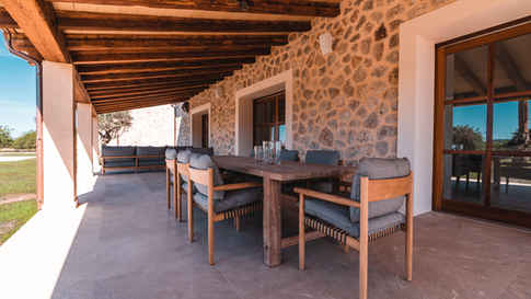 Outdoor Tisch von Dedon aus der Tibbo Serie ebenso wie Loungegruppe aus Tibbo Serie