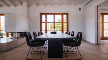Esszimmertisch aus Massivholz von Janua mit geköhlter Oberfläche, dazu Freifrau Stühle Leya mit Drahtgestell