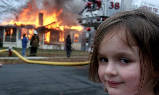 Zoë Roth, öğrenci kredilerini ödemek için yanan evin önünde gülümsediği 2005 görüntüsünün satışından elde ettiği geliri kullanmayı planladığını söylüyor