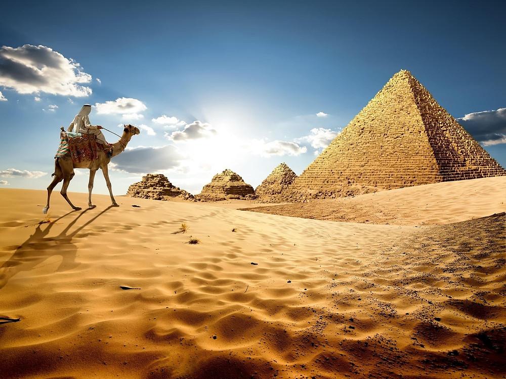 Kuzey Afrika'nın nüfusu en büyük olan ülkesidir. Nüfusun büyük bir bölümü Nil Nehri boyunca yerleşmiştir. Akdeniz ve Kızıldeniz'e kıyısı bulunan Mısır'ın, batısında Libya, güneyinde ise Sudan yer almaktadır. Mısır, Asya kıtasında yer alan kısmı Sina Yarımadası üzerinden Filistin ve İsrail ile komşudur. Mısır'dan geçen Nil Nehri, sularını Akdeniz'e boşaltmaktadır. Medeniyetin beşiği olan Orta Doğu'da bulunan bir ülkedir. Ülke 1.010.000 kilometre kare kapsayan bir toprak parçasına ve 2020 yılında yaklaşık 100 milyon nüfusa sahiptir.