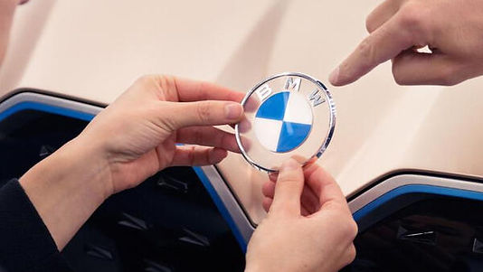 BMW yıllardır kullandığı logosunda yeniliğe gitti