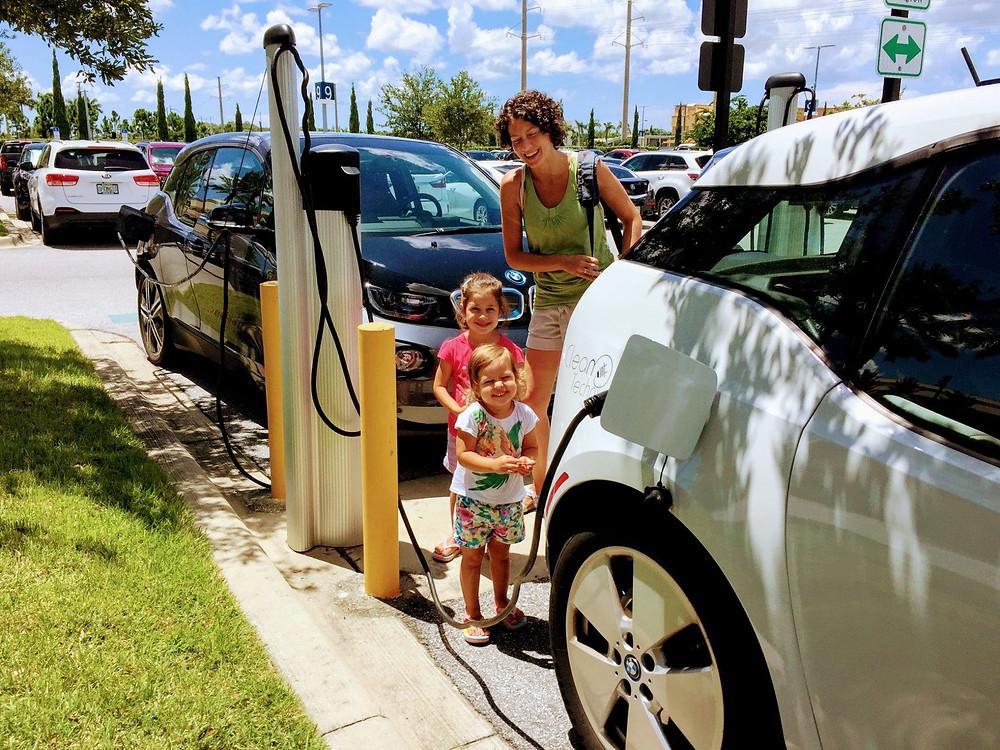 BMW-i3-beyaz-gri-siyah-Çocuk-şarj istasyonu-ChargePoint-Florida