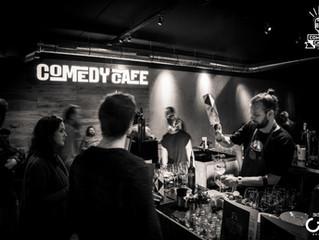 Achter de bar én op 't podium in Comedy Café Amsterdam