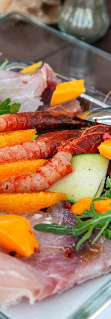 Carpaccio di gamberi rossi di mazara su letto di zucchine e ghiaccio, carpaccio di spada e tonno con mango e rucola