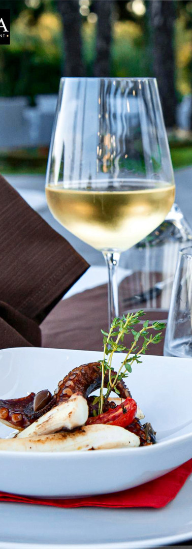 Polpo croccante su letto di stracciatella, olive taggiasche e pomodorini confit