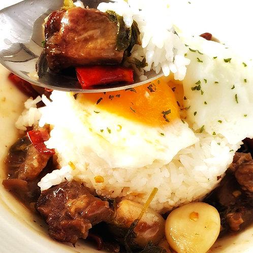 Kaprao de ternera con arroz
