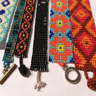 Varias pulseras y distintos broches ee c