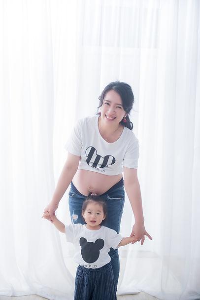 台中孕婦寫真拍攝推薦之媽咪與大寶一同入鏡拍攝居家溫馨風格
