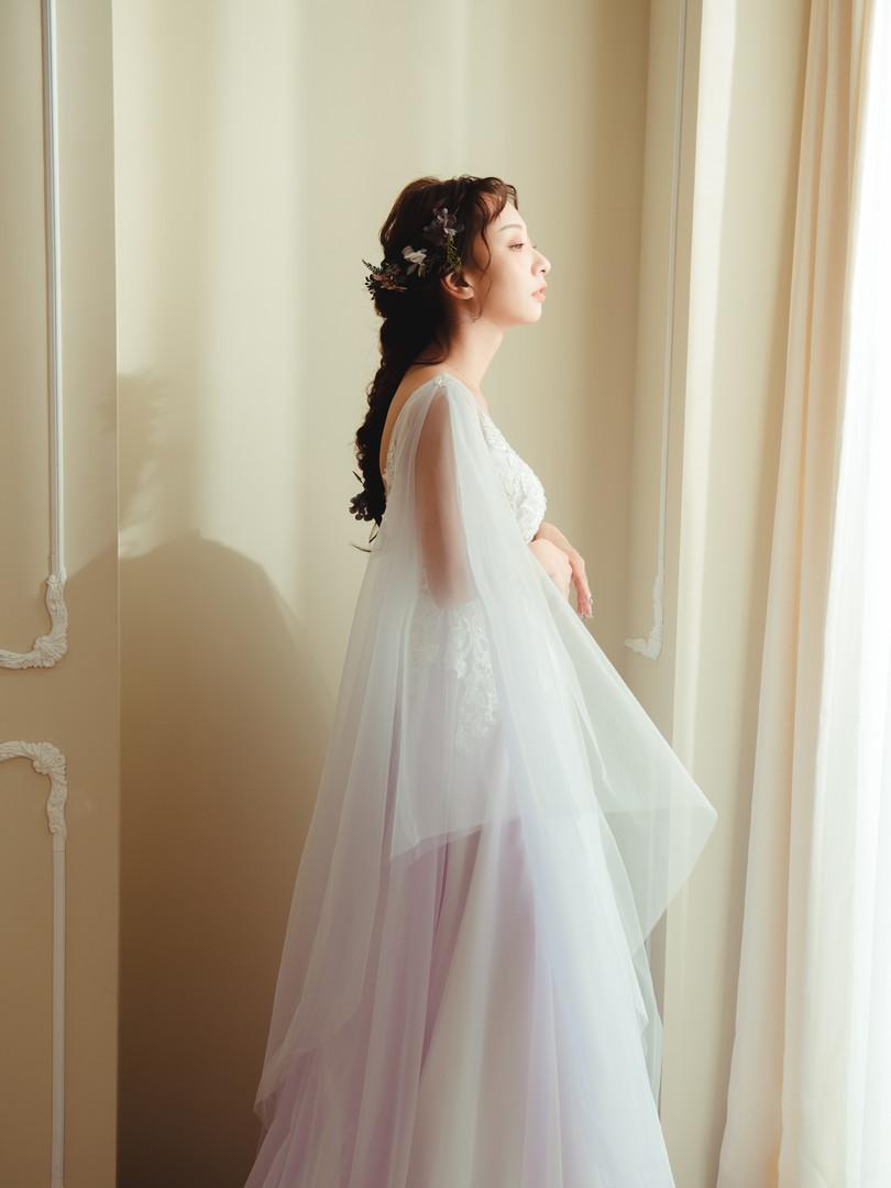 V領露背 蝴蝶袖 手工刺繡搭配紗裙 微拖尾